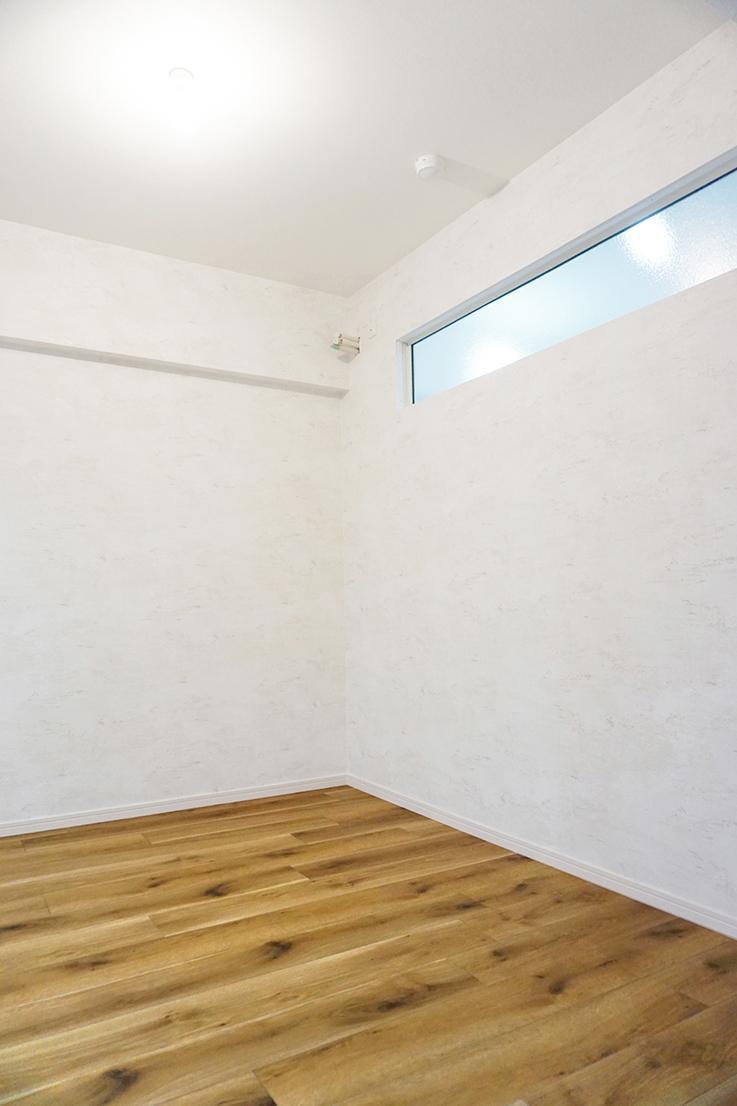 玄関入って右手の部屋。玄関側にあかり取り用の窓が付いています。
