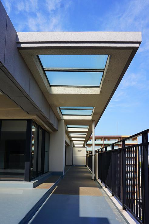 ベランダの屋根には明かり取りのために、強化ガラス(?)が使用されています。お金かかってそう。