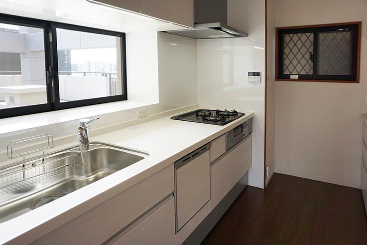 使い勝手が良さそうなキッチン周り。食洗機がついていて、窓が2つあって明るいのがGood。