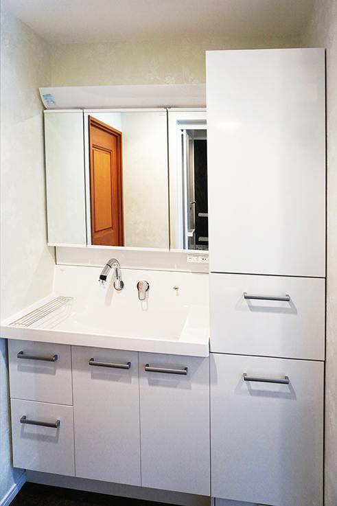 大型の洗面スペース。収納がたっぷりあるので便利。こちらのマンション、設備に隙がありません。