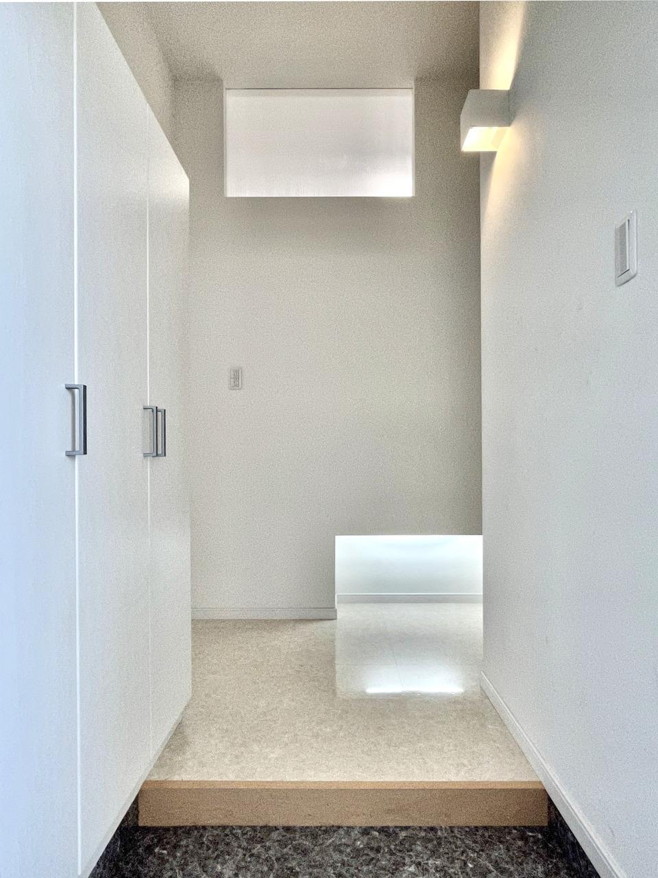玄関も天井高い。
