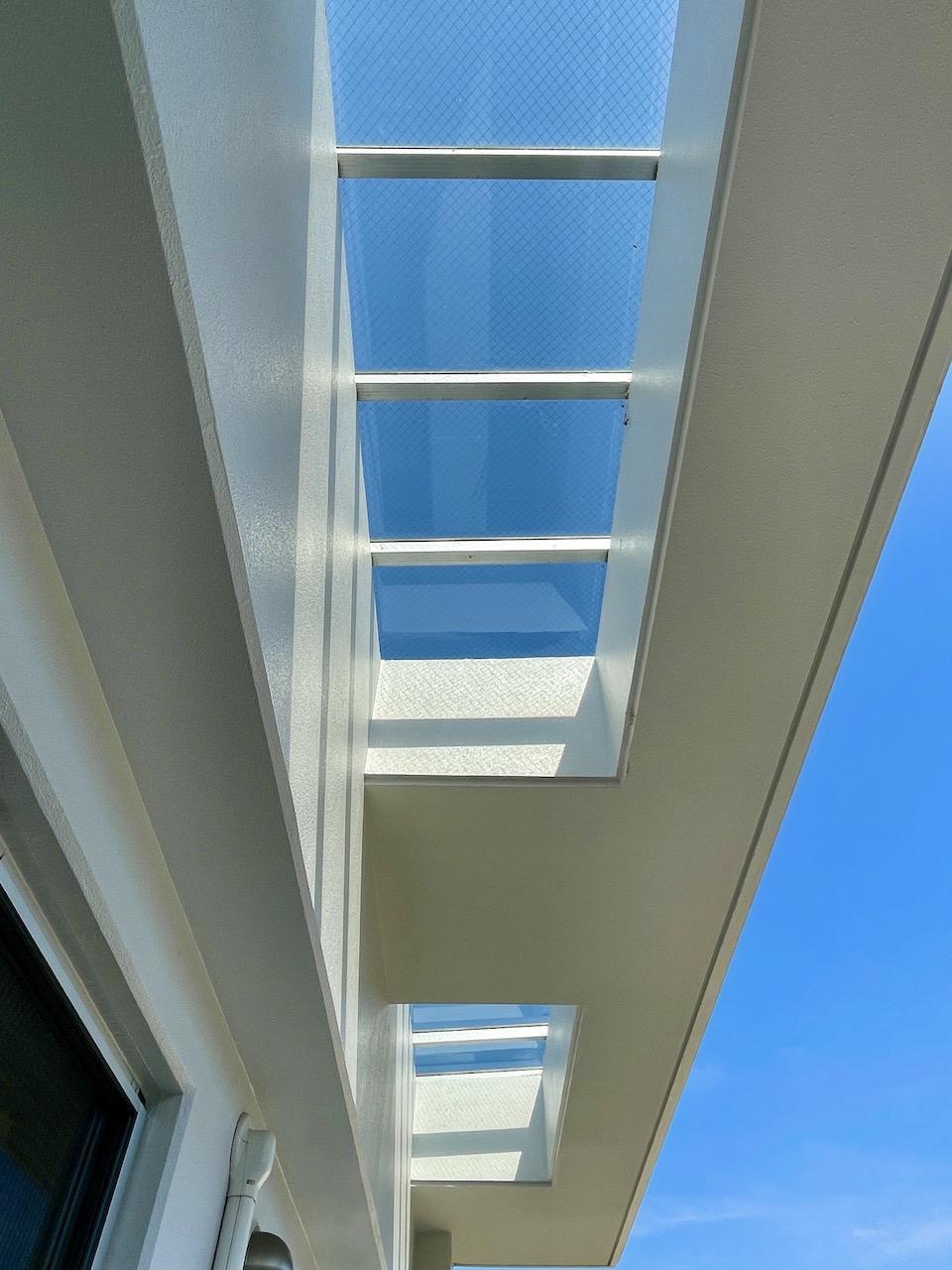 ベランダ屋根もガラス張りで光が入ります。