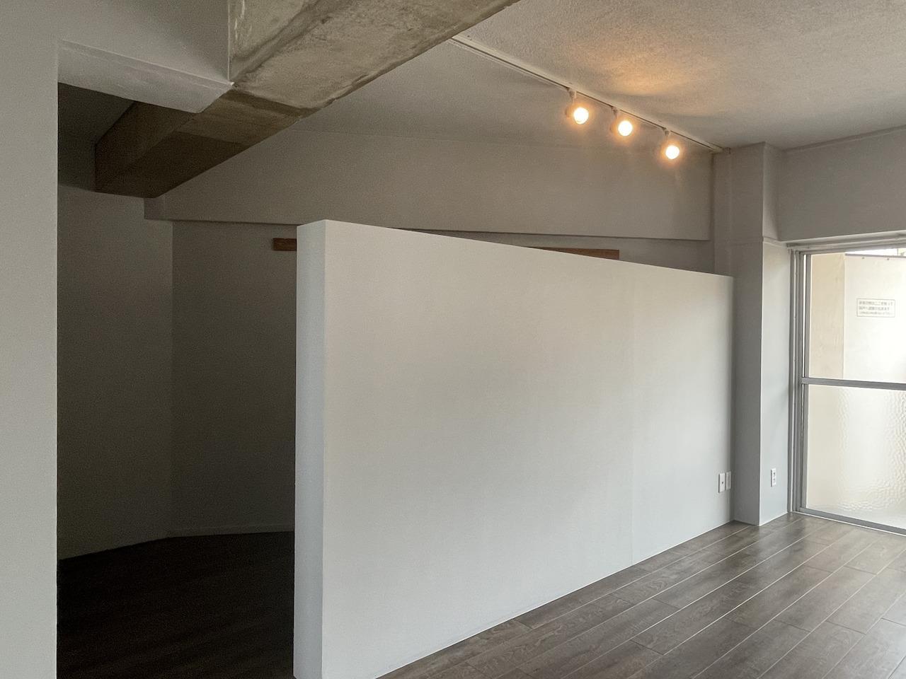 壁の向こうは納戸で荷物置き場に。