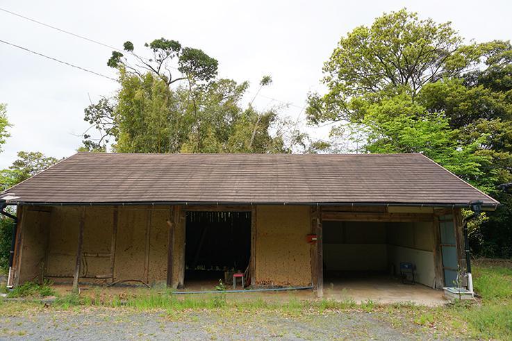 敷地に入って左手にある納屋。太い柱が使われていてしっかりした作りです。