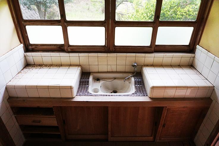お手洗い。今はないタイルを用いた可愛らしい意匠。磨けば光りそう。