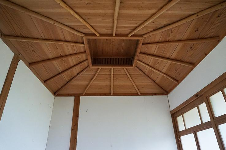 お手洗い向かいのお部屋の天井。職人の仕事が光ります。