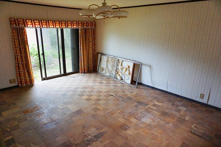 床が抜けているお部屋。この古民家、シロアリの問題もありそうですので、再生のハードルは高そう。乗り越える気概のある方、是非ご連絡を。