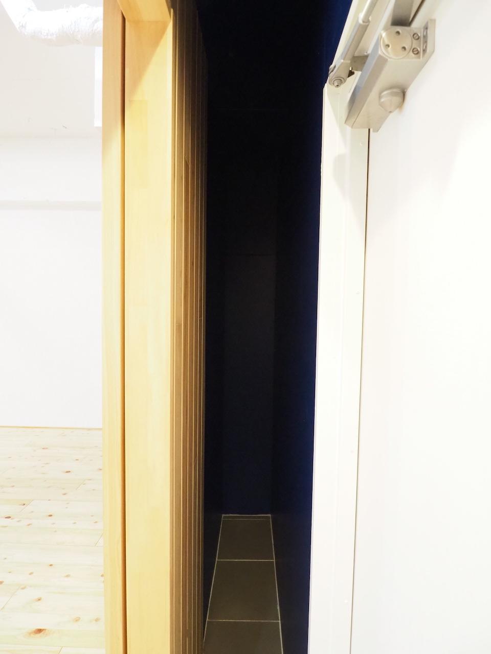 玄関の横の細い隙間。