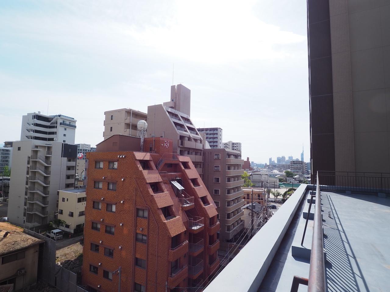 奥には福岡タワーもみえます。