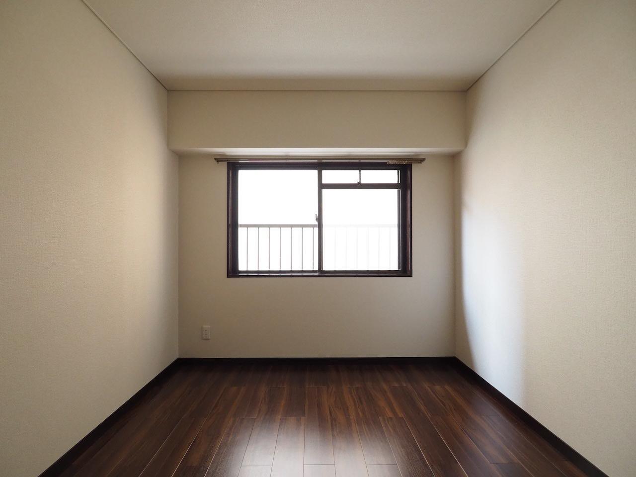 玄関開けて横の洋室。