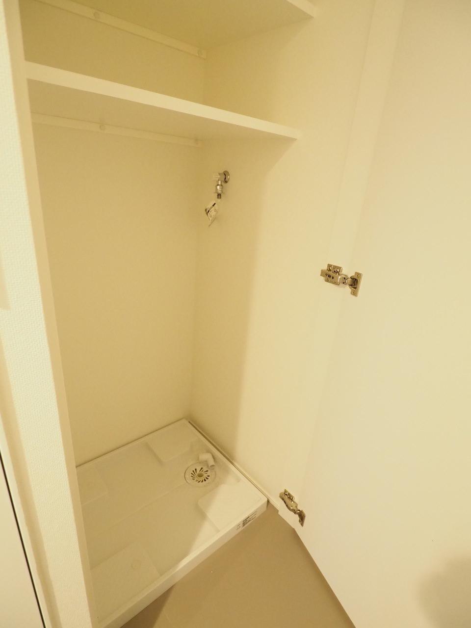 扉を開くと洗濯機置き場が。