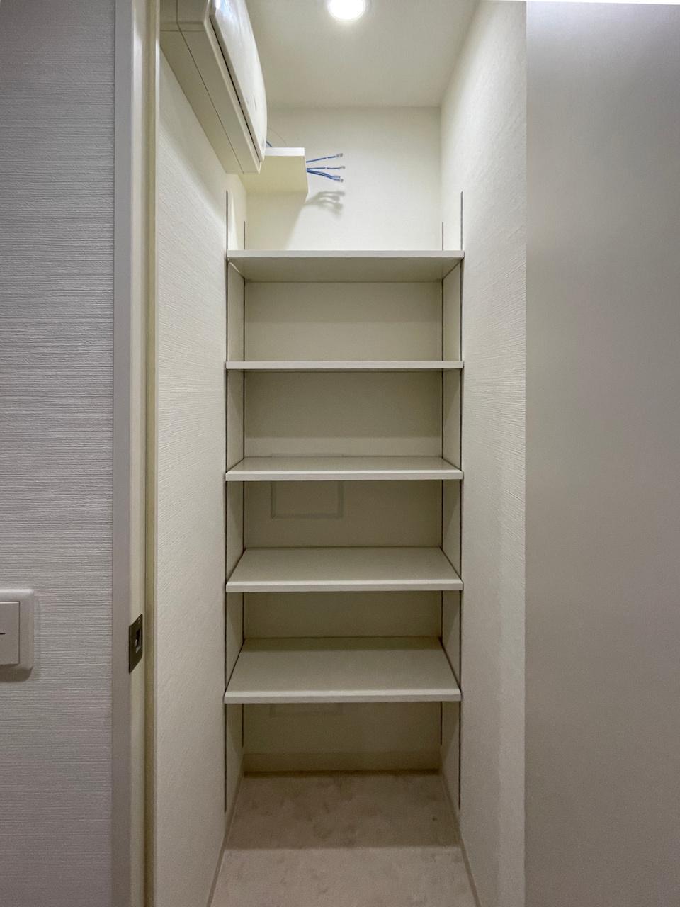 物入には棚がついています。スッキリ収納。