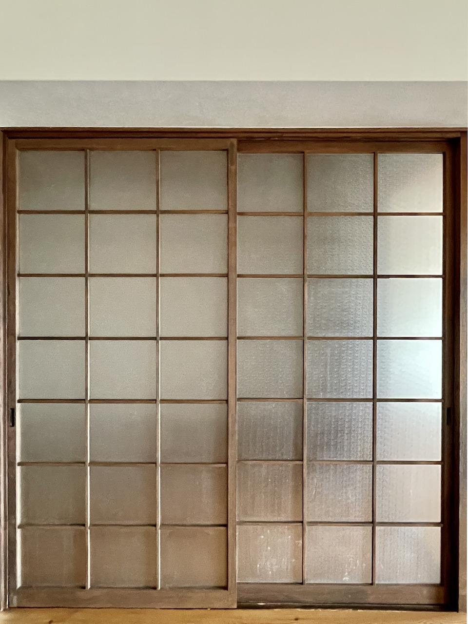 珍しいガラスの仕切り戸。