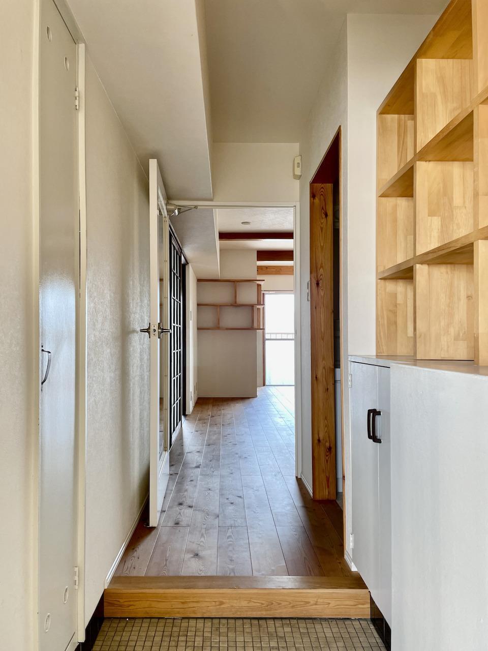 玄関横にも造作棚。小物ディスプレイしてください。