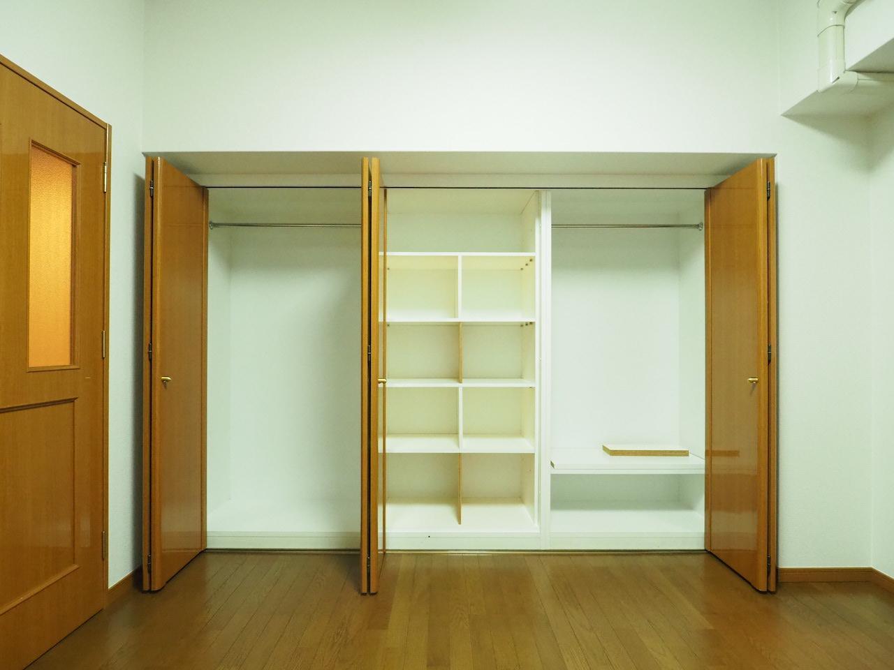 収納も大きめで中に棚もあります。