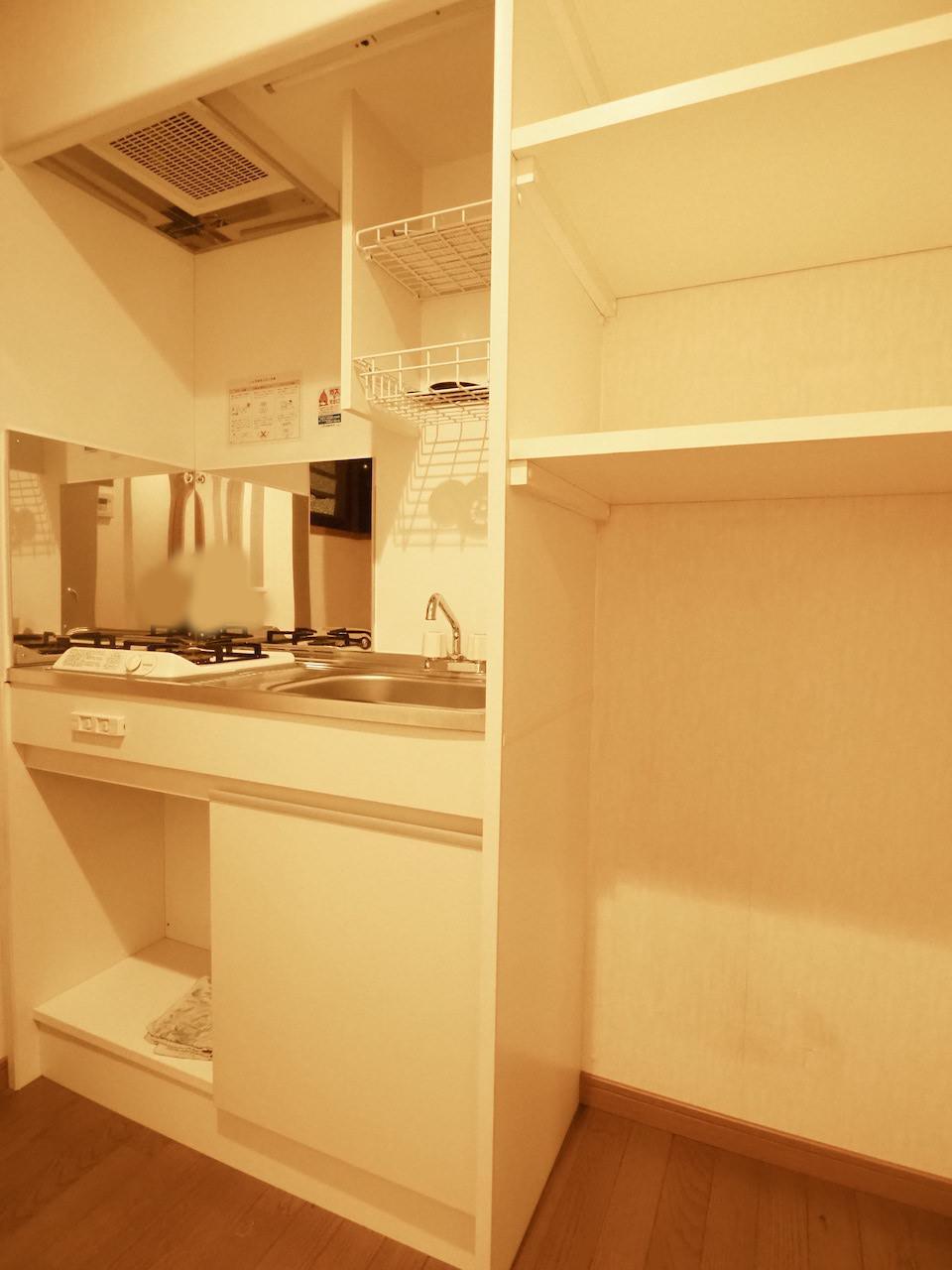 コンパクトなキッチン。右には冷蔵庫ですかね。