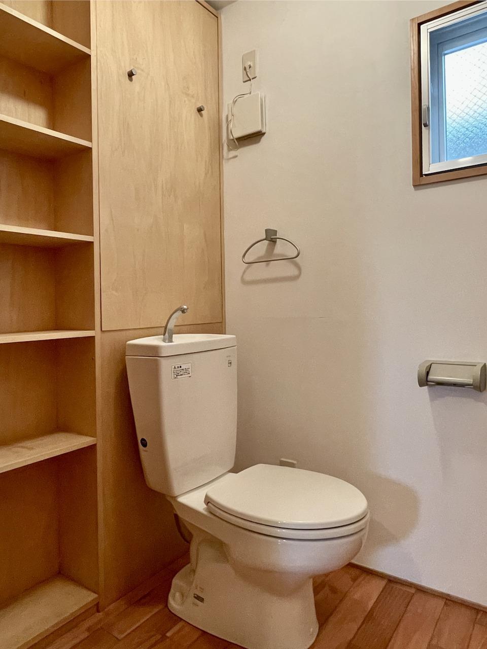 トイレの横の収納多いです。