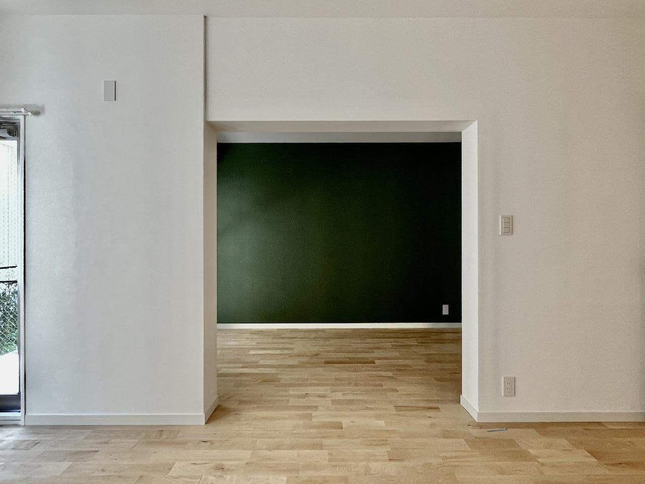 奥の部屋の壁は緑のアクセントクロス。