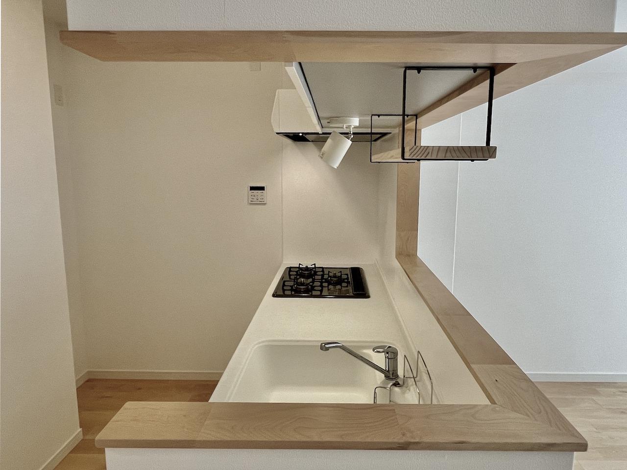 キッチンも真っ白。