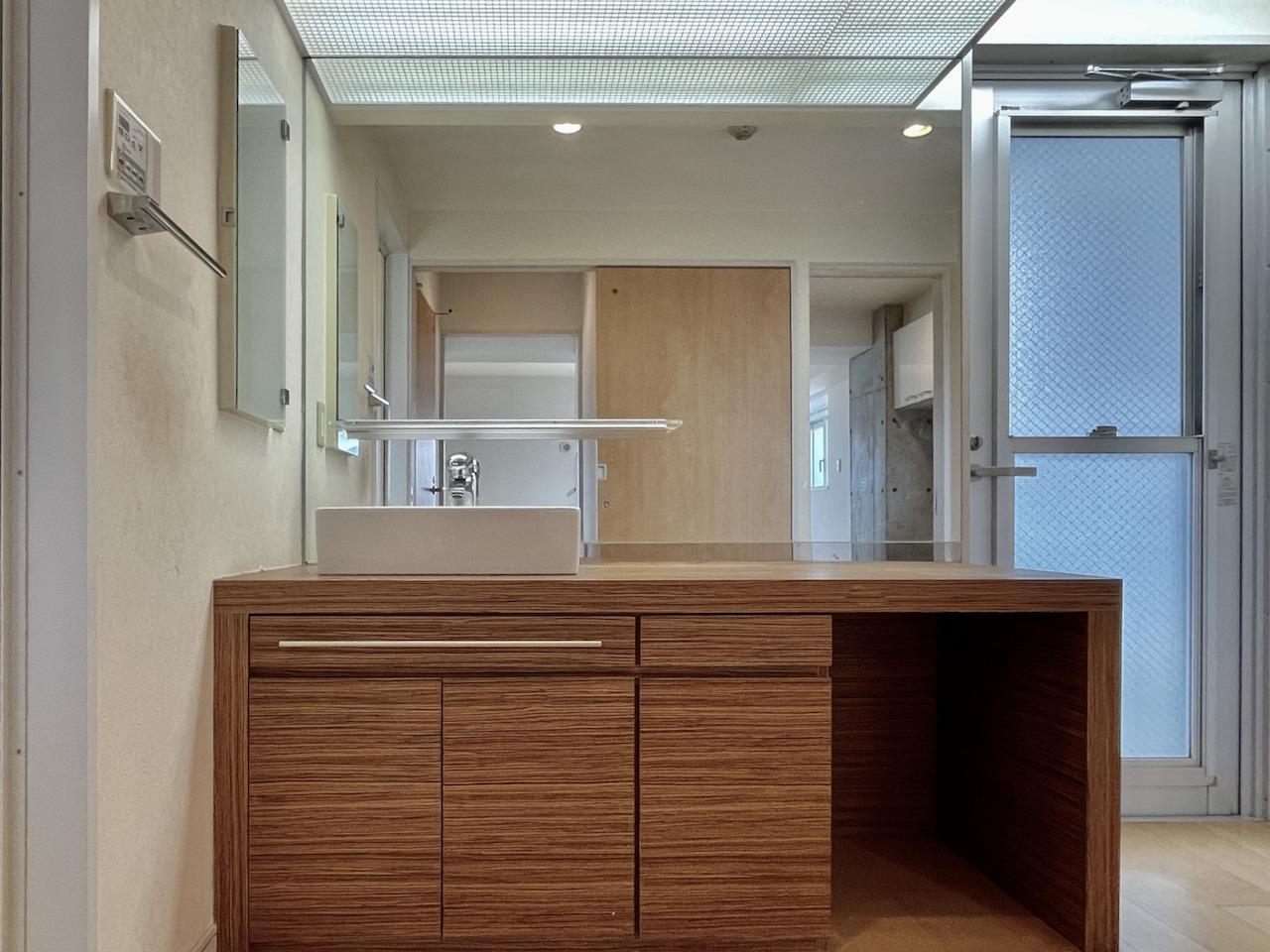 洗面所の鏡も大きく広い。