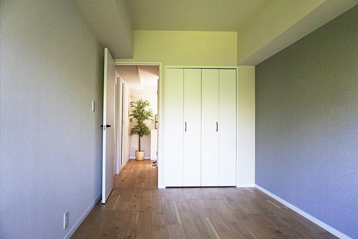 東側のお部屋6.7畳。廊下の奥には玄関がチラリ。