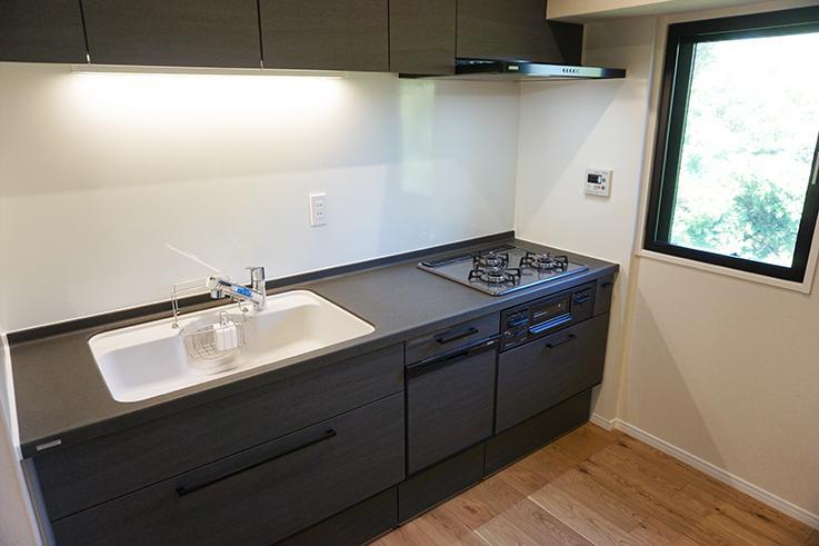 使いやすそうなキッチン。窓があるのが嬉しいですね。後ろのスペースにも余裕があってgood