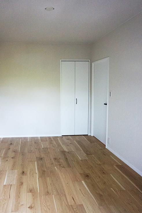 東向きのお部屋5.1畳。クローゼットもあります。