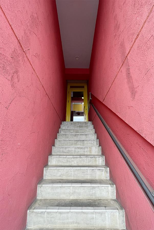 お部屋は2階。階段です。