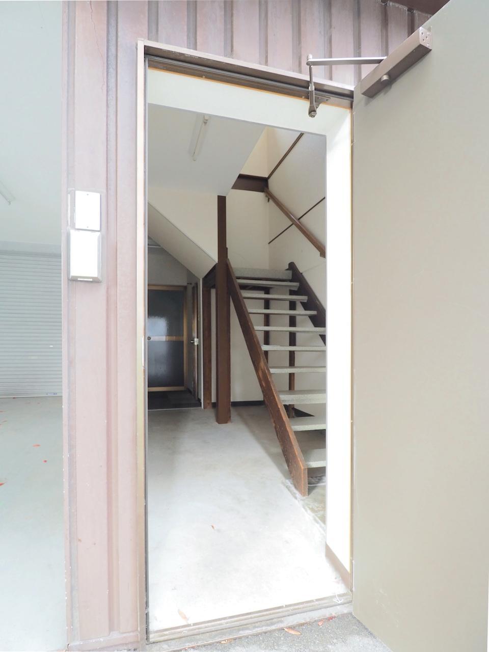 正面右の入り口からすぐに2階へ