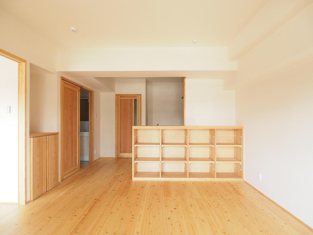 木製の棚には何を置こう。