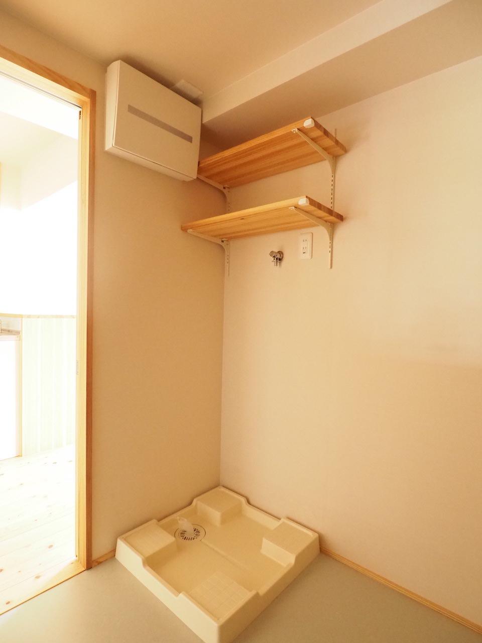 洗濯機置き場。上にある棚が地味にありがたい。