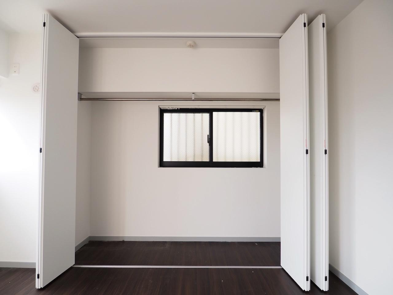 収納も大きい。クローゼットの中に窓があるのは珍しいですね。