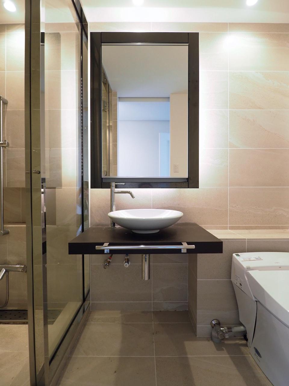 ホテルライクな水回り。お風呂との壁がシースルー。