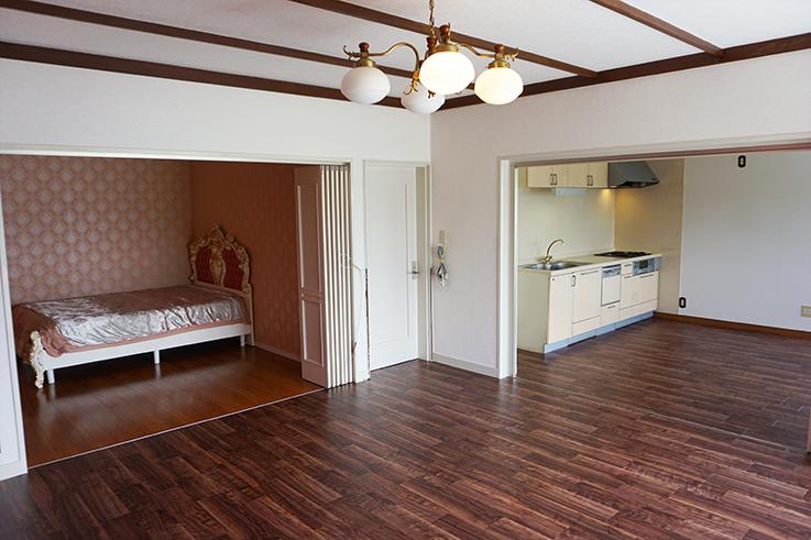 お姫様テイスト全開の左手寝室。リビングと繋がっています。