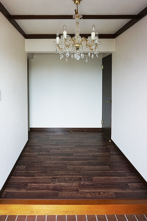 玄関。シャンデリアがお出迎えしてくれます。
