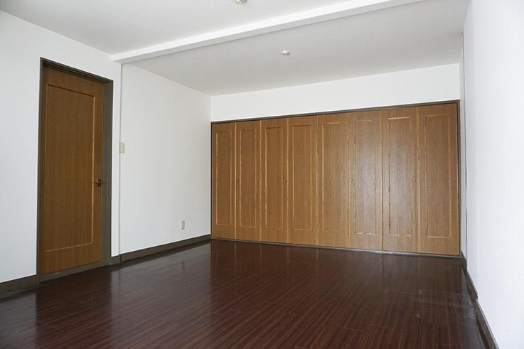 11.5畳のお部屋。天井が高いので広く感じます。