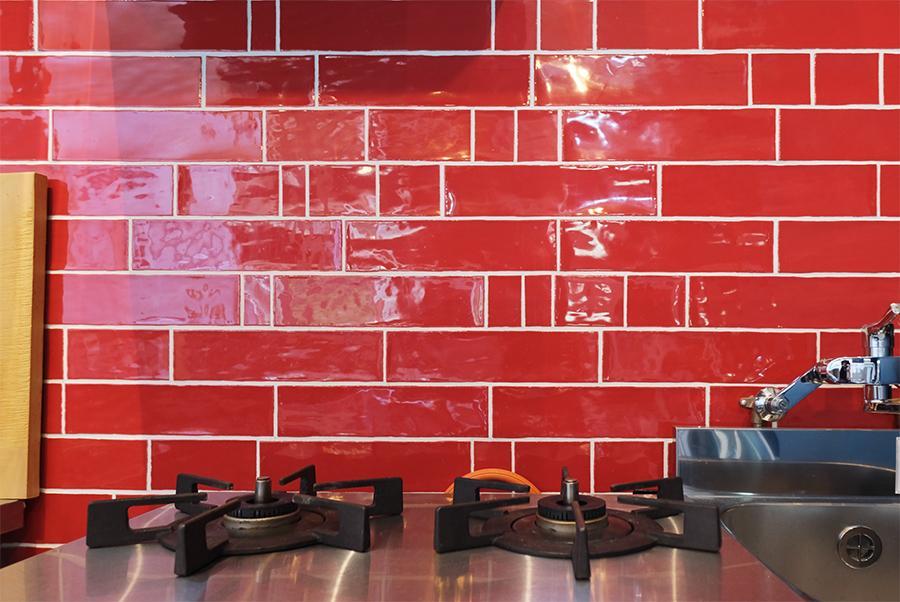 キッチンタイルは赤。普段あんま見ないけどかっこいいですね。