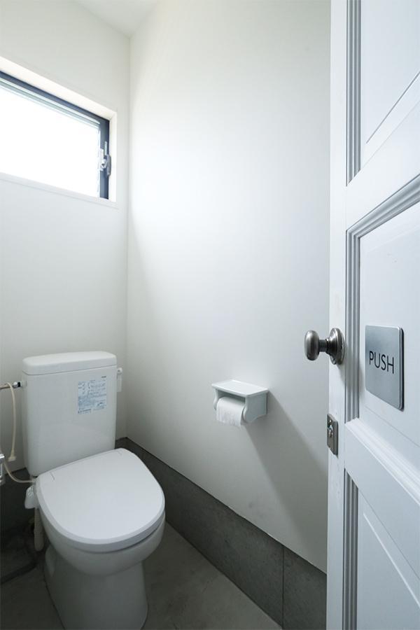 窓付きのトイレスペース。設備周りも安心の使用年数。
