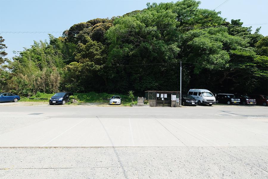 道路向かいには、従業員用の駐車スペースも。