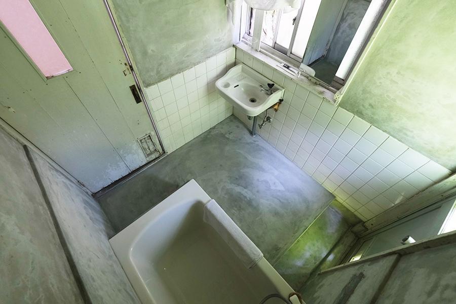 モルタル仕上げの浴室。昔からの雰囲気を残しつつ、素敵です。