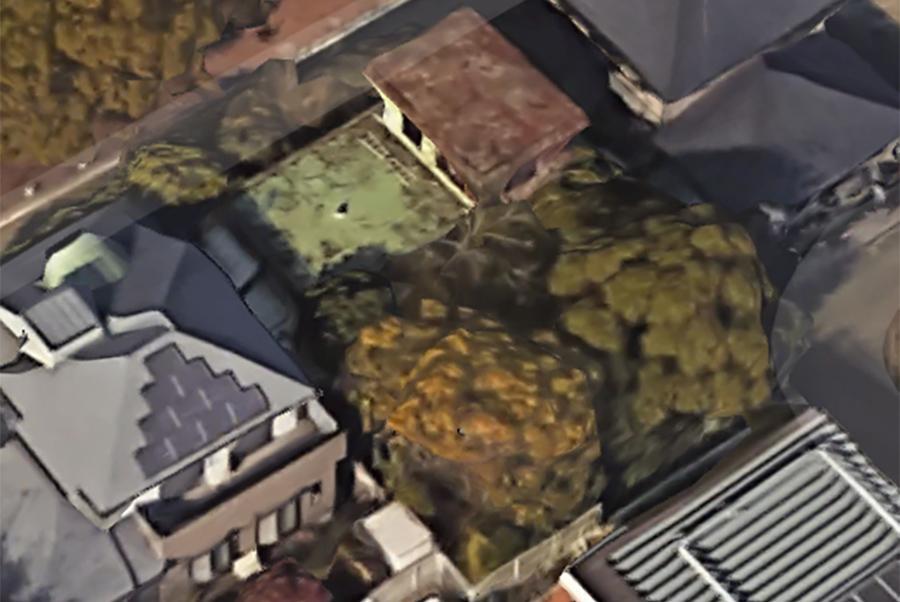 一応、衛星写真を。一際目立ってますね!(引用元 Google社「Google Earth」)