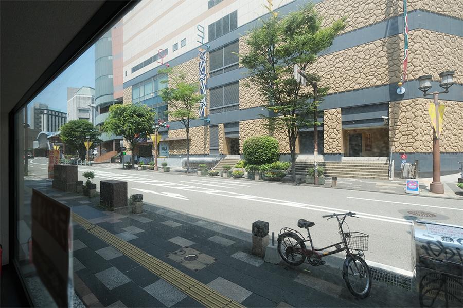 反対側はストリートビュー。忙しい日常が行き交います。