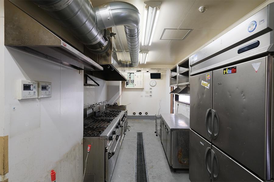 厨房スペース。汚れもそれなりですが、多分普通に使えます。