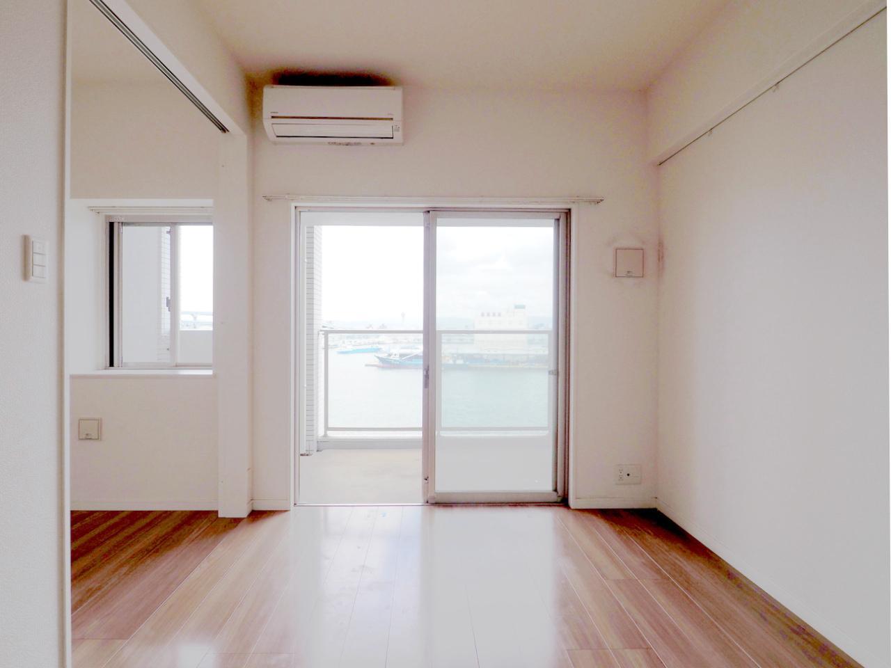 窓から望む博多湾。