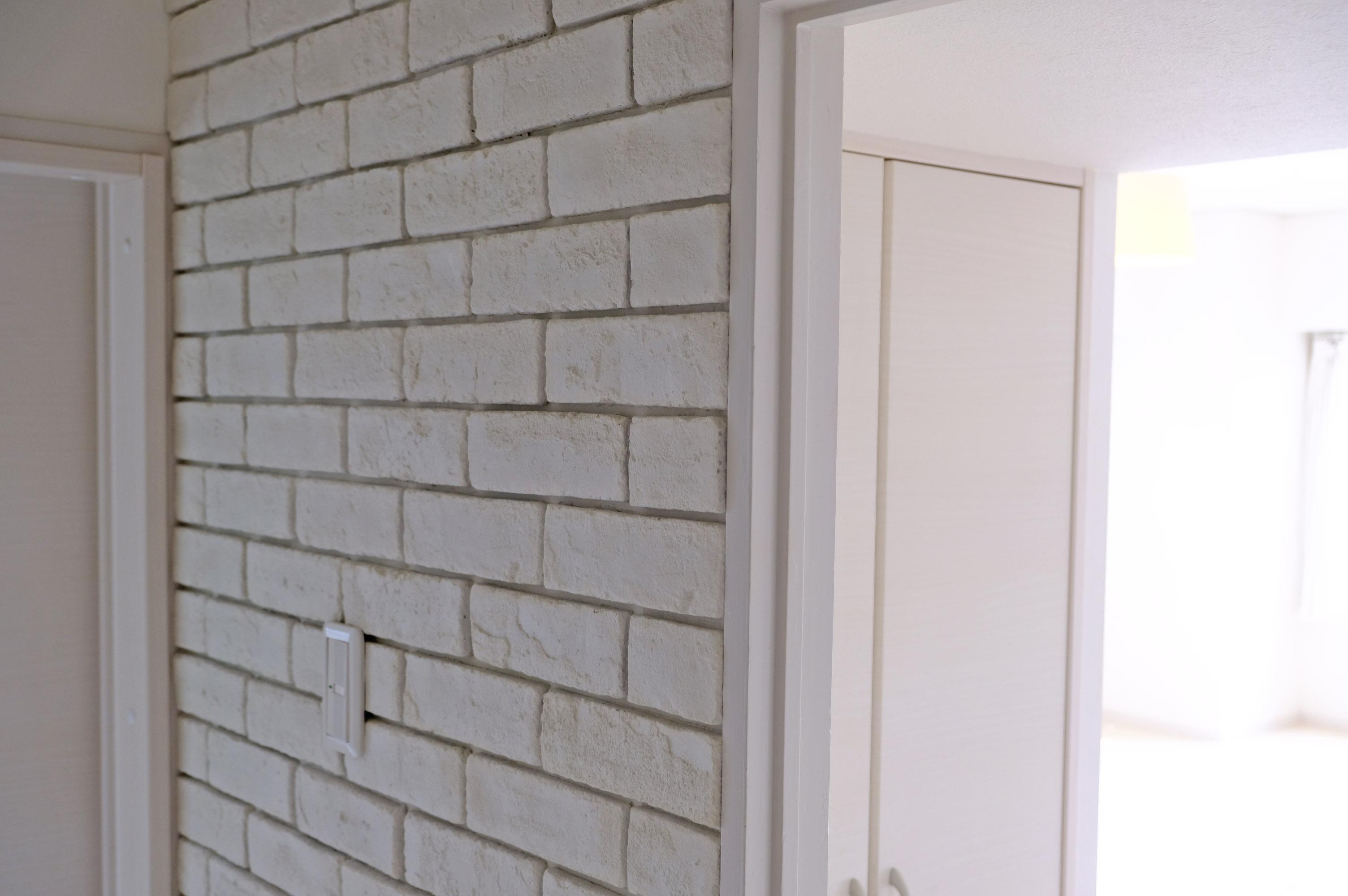 レンガ調の廊下、好みの色に塗るのもいいかも