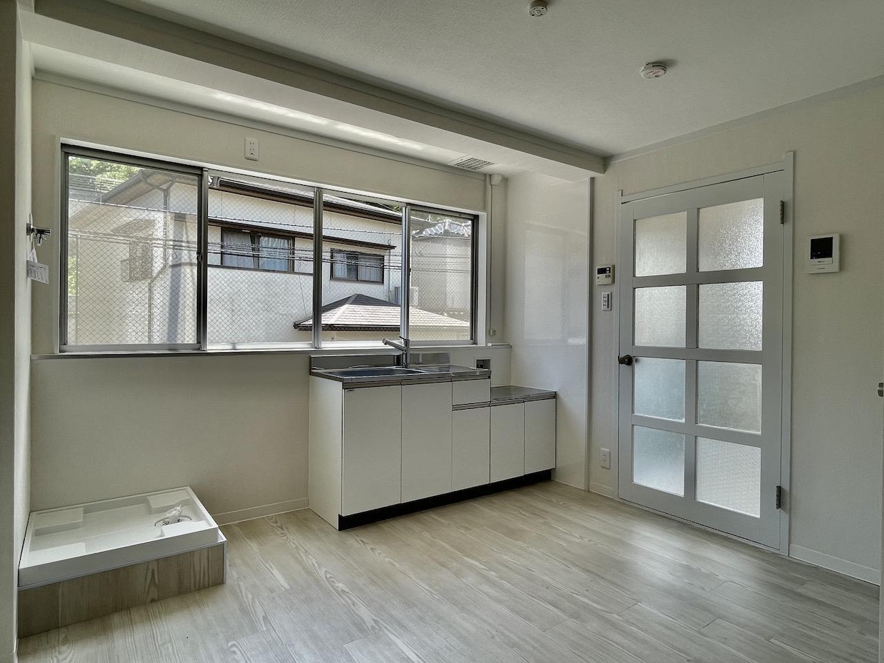キッチンにも窓があり明るい。