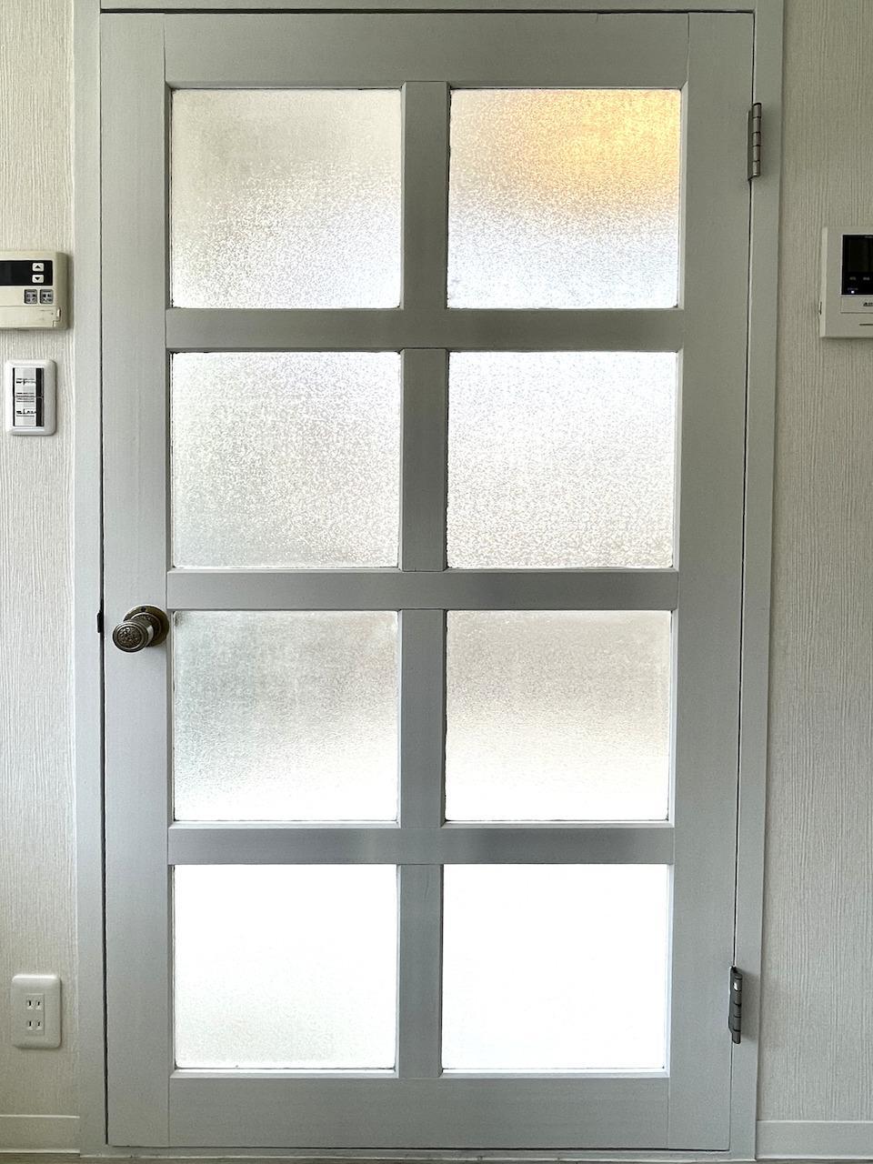 昔の名残のドア。なんかドテっとして可愛い。