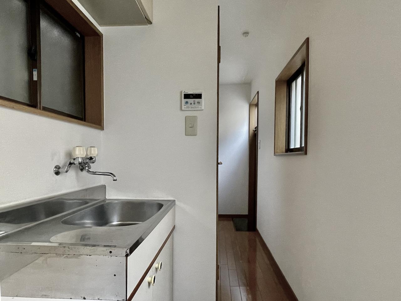 キッチンからの玄関。