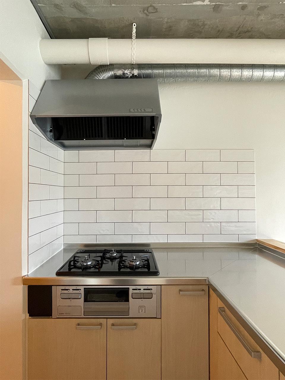 キッチンの壁面はタイル貼り