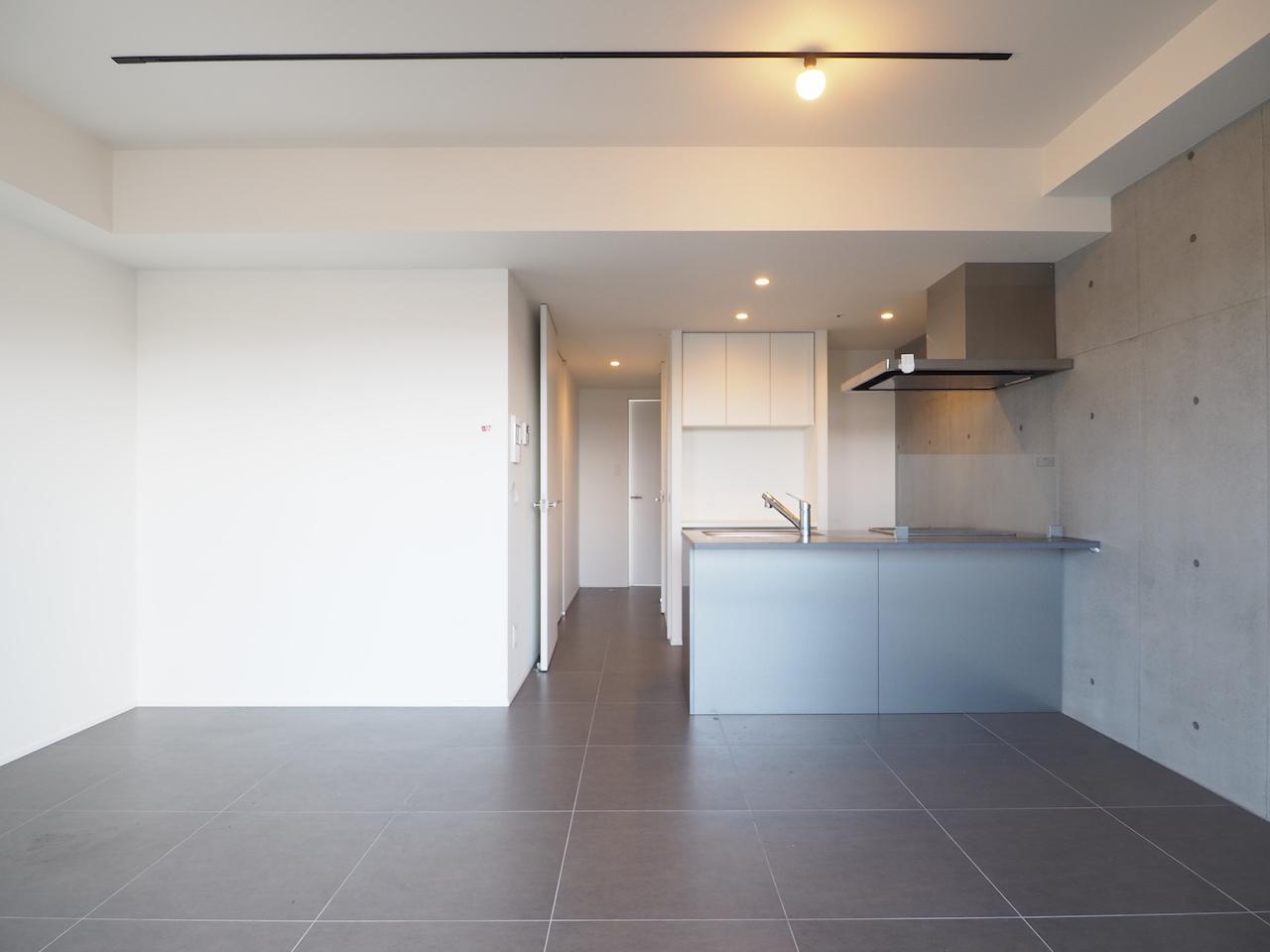 空間を支配する品あるタイルの床。